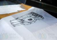 Печать на белой ткани монохромных авторских изображений