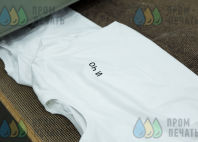 Белые футболки с текстом «И ЧО.»