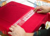 Красные футболки с надписью «Country»