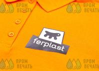 Оранжевые футболки-поло с логотипом «FERPLAST»