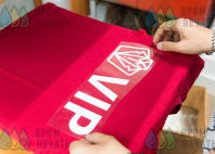 Красные футболки с принтом «VIP»