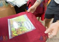 Красные футболки с изображением «This is fine»