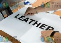 Белая майка с надписью «Leather»