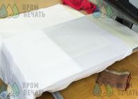 Белые футболки-поло с логотипом «7 цветов декор»