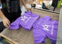 Сиреневые футболки-поло с логотипом «Мастерская АРТИСТ»