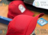 Красных бейсболки с логотипом «Авангард»