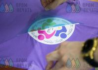 Фиолетовые футболки с логотипом «Волшебный мир»