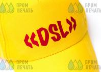 Желтые бейсболки с текстом «DSL»