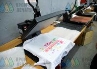 Белая футболка с текстом на фоне абстракции «ШКОЛЫБОЛЬШЕ.NET»