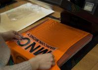 Оранжевые футболки с логотип «MNC»