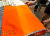 Оранжевые сигнальные жилеты с текстом «Мейкстрой»