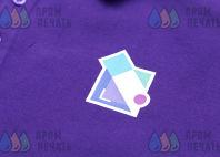 Фиолетовые футболки-поло с логотипом в абстрактном стиле