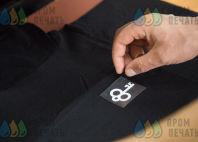 Черные футболки с надписью «Клаустрофобия»