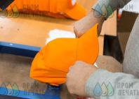 Оранжевые бейсболки с текстом «ПРЕСНЯ»