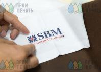Белые футболки-поло с логотипом «SBM»