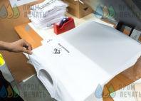 Белые футболки с логотипом с черной линией