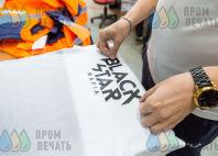 Белые футболки с логотипом в виде треугольника из линий