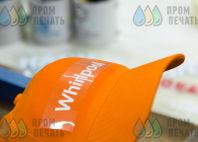 Оранжевая бейсболка с надписью «Whirlpool»