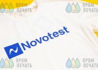 Белые синтетические футболки с надписью «Novotest»