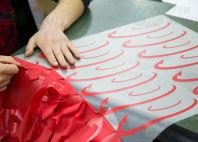 Красные толстовки с логотип «ТрансВэйЭкспресс»