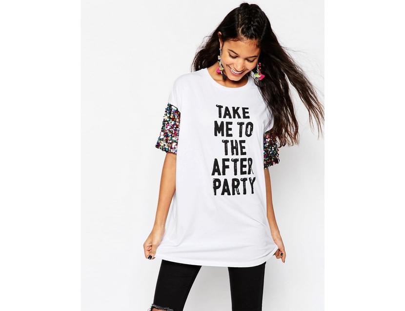 Фото девушки в модной белой женской футболке 2019 с надписью