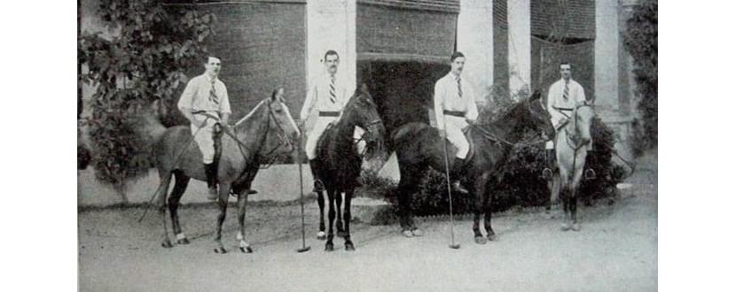 фотография игроков поло в рубашках-поло на лошадях