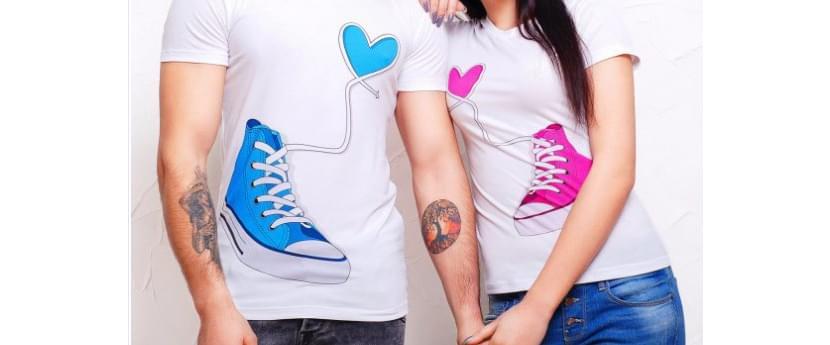 Фото парных прикольных футболок с голубыми и розовыми кедами