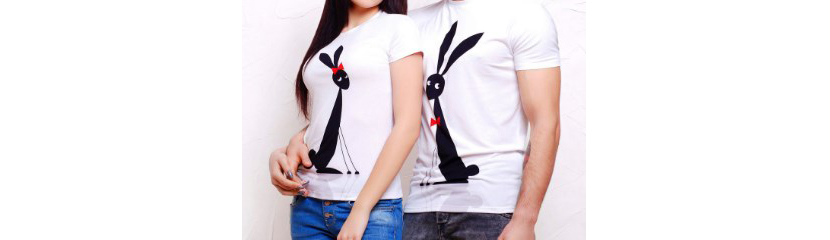 Фото белых парных прикольных футболок с черными зайцами