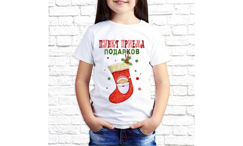 фотография девочки в белой футболке с новогодней надписью
