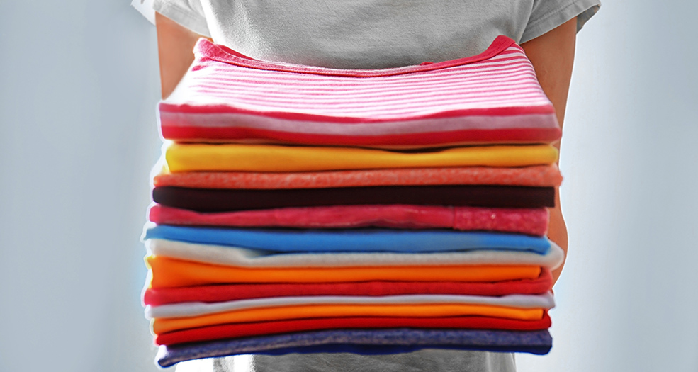 Фото стопки ярких красиво сложенных футболок