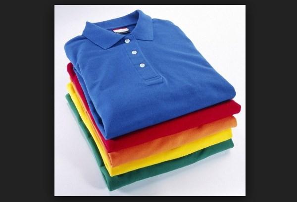 Стопки красиво сложенных футболок-поло