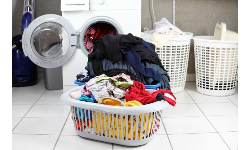 Фото разделения курток и вещей по цвету перед стиркой в машинке