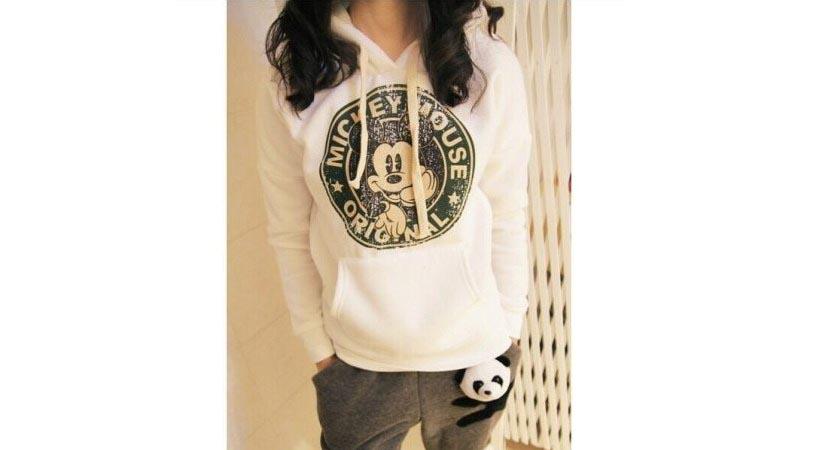 Фото девушки в белой толстовке с рисунком и спортивными штанами хаки