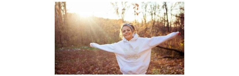 Фото девушки в белой толстовке с капюшоном и надписью