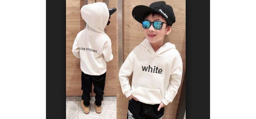 Фото мальчика в белой толстовке с капюшоном и надписью