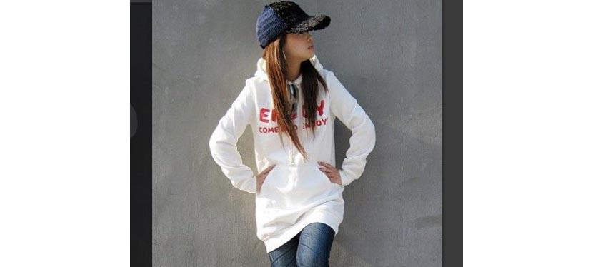 Фото девушки в белой толстовке и узких джинсах