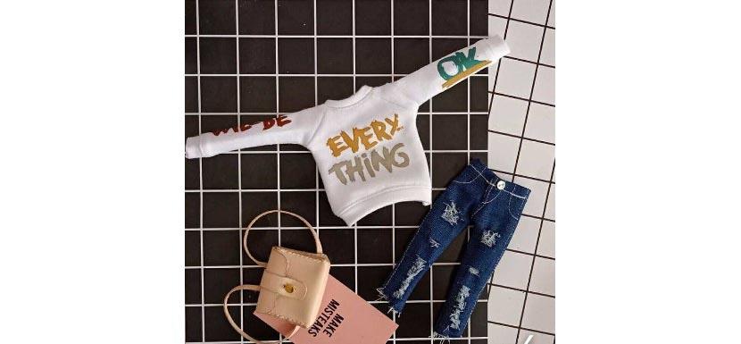 Фото белой толстовки с надписями и рваными джинсами