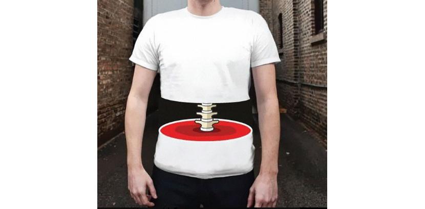 Фото парня в белой футболке с необычным изображением